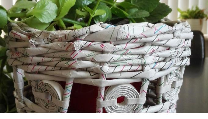 Gevlochten mandje van oude patroonbladen